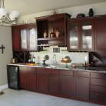 Brun træmaling giver et nyt pust til køkkenet
