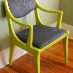 Grøn træmaling brugt til at give en ældre stol et nyt look