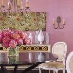 Retro stil med pink vægge og antikke genstande