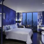 Et blåt tapet der fremmer en bestemt atmosfære i soveværelset