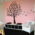 Lyserød maling i et rum hvor man har brugt sorte og hvide elementer som kontraster