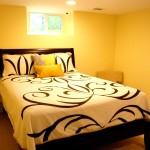 Gæsteværelse med gule vægge